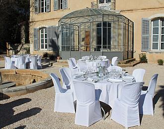 Tables dressées devant la Villa Brignac